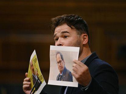 El portavoz de ERC, Gabriel Rufián, con dos fotografías de Rodrigo Rato y Quim Torra, este martes en el Congreso.