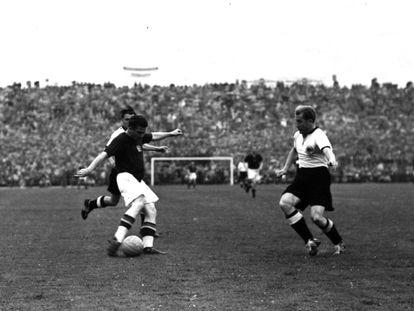 Final del Campeonato Mundial de 1954 entre Alemania y Hungría.  Una de las jugadas realizadas por Puskas (con camiseta negra) durante el partido.