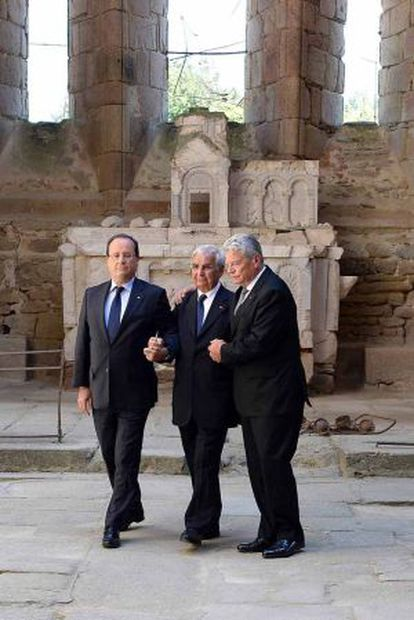 Hollande, Gauck y un superviviente de la masacre de Oradour-sur-Glane, en las ruinas de la iglesia del pueblo.