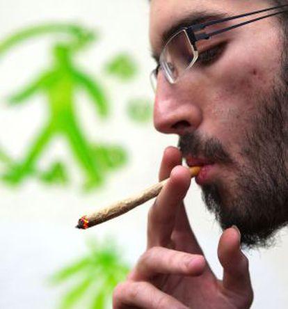 Un socio fumándose un porro en una asociación cannábica en Barcelona.