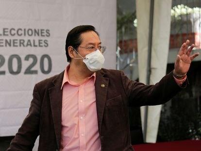 El candidato presidencial del MAS, Luis Arce, saluda durante un mitin electoral el 2 de junio, en La Paz.