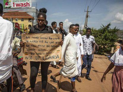Las protestas en Kampala no son frecuentes, por lo que Irene, con su letrero, atrae la atención de la gente que pasa.