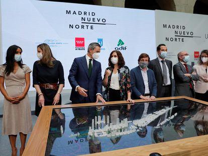 La presidenta de la Comunidad de Madrid, Isabel Díaz Ayuso (2i); el alcalde de Madrid, José Luis Martínez-Almeida (4d); el vicepresidente regional, Ignacio Aguado; y la vicealcaldesa, Begoña Villacís, durante la presentación este martes de la maqueta del proyecto final Madrid Nuevo Norte.