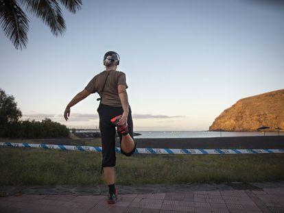 Una mujer entrena por el paseo marítimo de la playa de San Sebastián, en La Gomera.