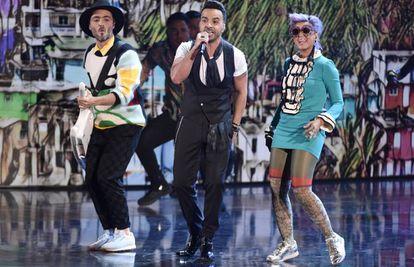 De izquierda a derecha, Simon Mejía, Luis Fonsi y Li Saumet interpretan 'Despacito', en la gala de los Grammy Latinos el 16 de noviembre en Las Vegas.