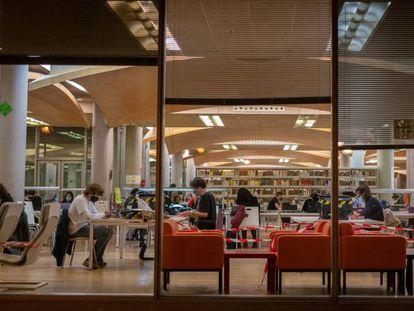 Estudiantes en la biblioteca María Zambrano de la Universidad Complutense de Madrid, en diciembre pasado.