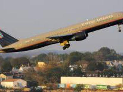 Fotografía de archivo un avión Boeing 757 de United Airlines, como el del incidente, despegando del aeropuerto LaGuardia de Nueva York (EE.UU.). EFE/Archivo