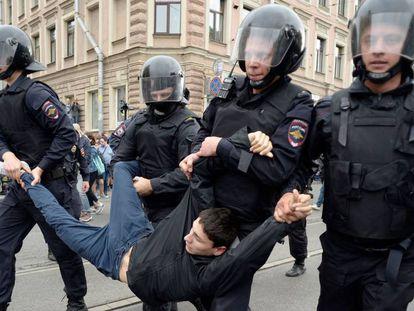 Un manifestante es detenido por cuatro policías, este domingo en San Petersburgo.