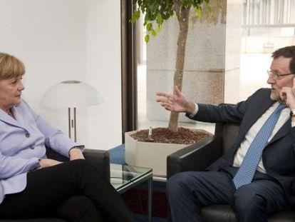 El presidente del Gobierno español Mariano Rajoy junto a la Canciller alemana Angela Merkel, este jueves en Bruselas.