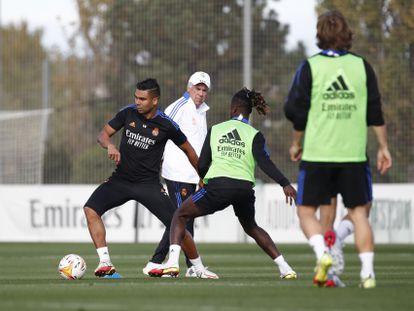 Casemiro y Camavinga, este jueves en el entrenamiento del Madrid ante las miradas de Ancelotti y Modric.