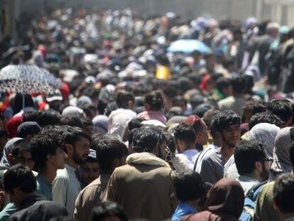 Una multitud de afganos se dirigían al Aeropuerto Hamid Karzai de Kabul, el jueves por la mañana.