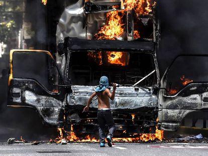 Un camión incendiado por manifestantes, este martes en Caracas.