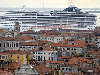 El crucero 'MSC Preziosa' cruza el canal de la Giudecca, en Venecia, en abril de 2014.