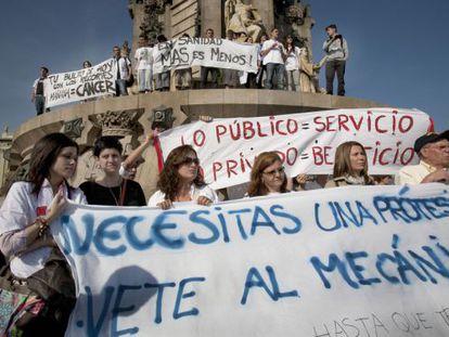 Protestas de trabajadores contra los recortes de la sanidad pública de Cataluña.