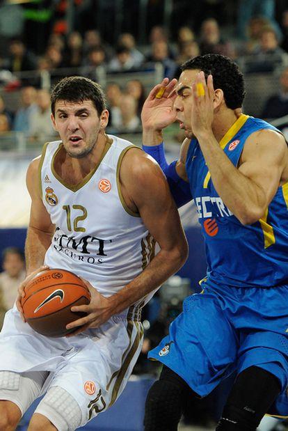 Mirotic entra a canasta en el partido ante el Maccabi.