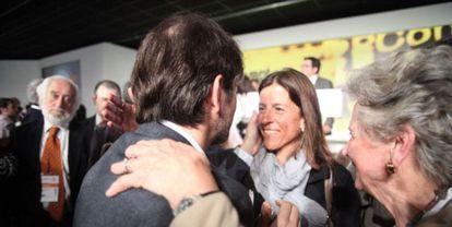 Oriol Pujol abraza a su esposa en un congreso de Convergència Democratica de Catalunya.