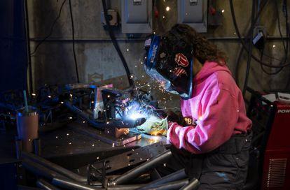 Una trabajadora de una fábrica en Eugene, Oregón, el pasado 19 de abril.