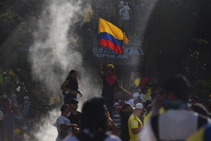 Cientos de personas participan en una nueva jornada de protestas contra la reforma tributaria, mientras se conmemora el Día Internacional de los Trabajadores, este sábado en Cali (Colombia).