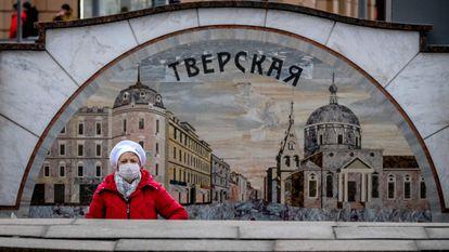 Una mujer con una máscara camina por el centro de Moscú, este viernes.