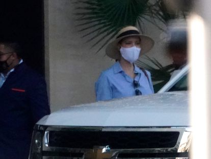 Ivanka Trump sale de su apartamento de Miami, el 7 de febrero de 2021.