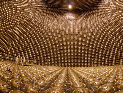 Interior del Super Kamiokande, un detector de neutrinos construido bajo tierra en una antigua mina cerca de Hida (Japón).