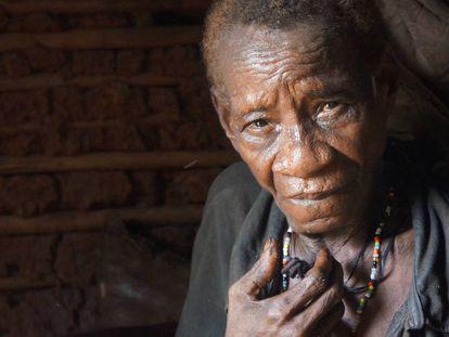 Esta mujer baka contó a Survival International que los guardaparques la atacaron con gas pimienta cuando intentaba protegerse durante una redada.