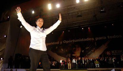 Keiko Fujimori saluda a los presentes durante el cierre de campaña en 2011.