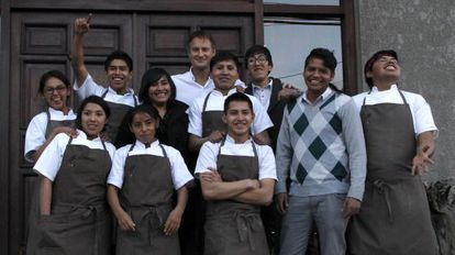 Pequeño equipo de cocineros que acaba de graduarse, junto a Claus Meyer.