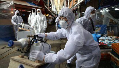 Desinfección en un mercado de Seúl, en Corea del Sur.