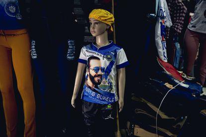 Las camisas del presidente salvadoreño Nayib Bukele son unas de las favoritas en los mercados del centro de San Salvador.