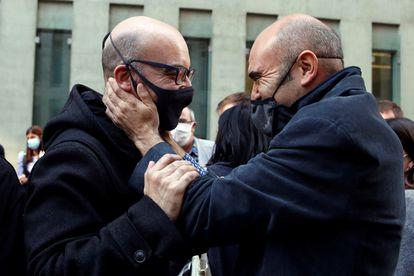 El empresario Oriol Soler (izquierda) se saluda con el exconsejero de ERC Xavier Vendrell tras salir de comisaría.