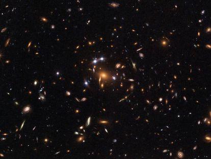 Imagen de una lente gravitacional producida por un 'cluster' de galaxias, tomada por el telescopio espacial de la NASA 'Hubble'.