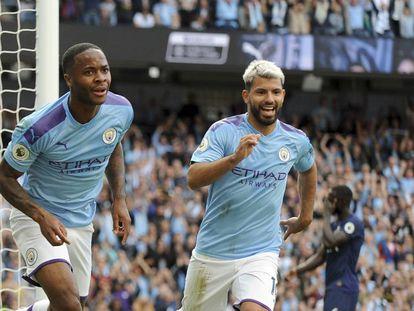 Agüero y Sterling celebran el primer gol del Manchester City.