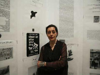 La francesa Catherine David, comisaria de la exposición 'La ecuación iraquí', ante una obra de la muestra.