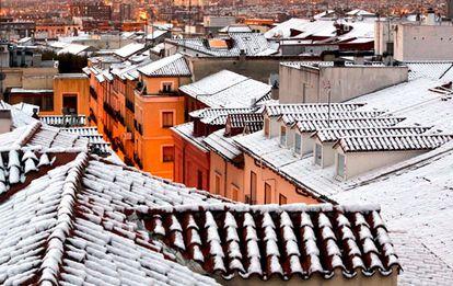 Vista de la primera nevada en el centro de Madrid, en el madrileño barrio de Lavapiés.