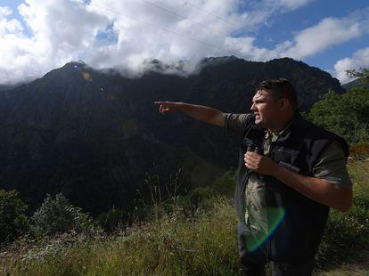 El técnico forestal Víctor García en una de las visitas guiadas que organiza en el Parque Natural de Fuentes del Narcea, Degaña e Ibias, refugio de unos 300 osos.