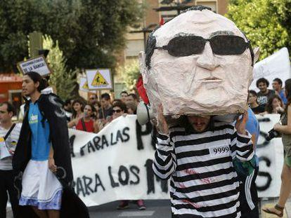 Un cabezudo con la cara de Fabra y traje de presidiario, ayer en la manifestación en Castellón