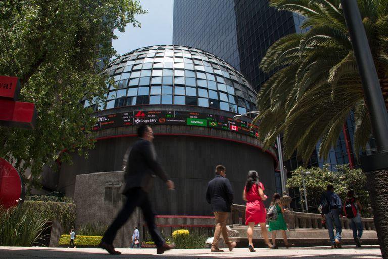 Vista exterior de la Bolsa Mexicana de Valores, una de las más golpeadas este lunes.