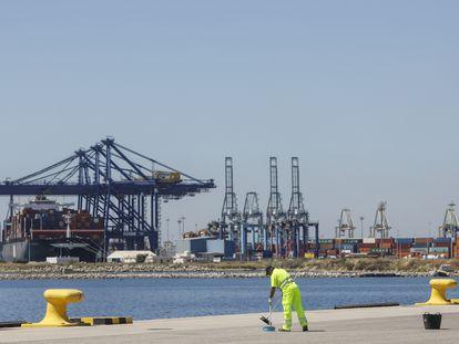 El puerto de Valencia, co las grúas y los contenedores al fondo.