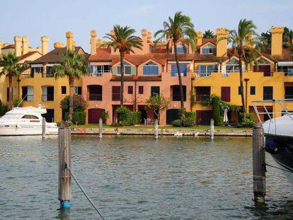 Una imagen de Sotogrande donde los barcos se amarran a las puertas de las casas.