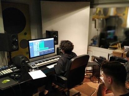 Dos jóvenes trabajan en el estudio de grabación de la asociación Garaje, ubicada en Vallecas.