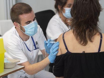 Una joven recibe la primera dosis de la vacuna Pfizer en el Zendal, en Madrid, el pasado 14 de julio.