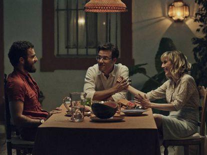 Borja Luna, Daniel Grao y Natalia de Molina, en 'Animales sin collar'.