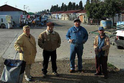 Carmen, Ángel Montoya, Manuel y Antonio Palma, vecinos del barrio.