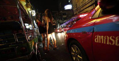 Transexuales, en una calle de Bangkok.