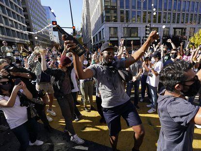 Un grupo de personas celebran el triunfo de Joe Biden en Washington.