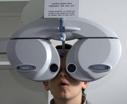 Un niño de 10 años pasa un reconocimiento oftalmológico en París.