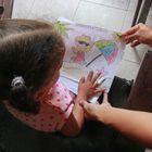Seliandry Rodríguez recibe instrucciones por WhatsApp y como puede le enseña los números y vocales en casa a su hija de tres años. No ha querido llevar a la pequeña a sesiones con la maestra, porque teme el contagio con el virus.