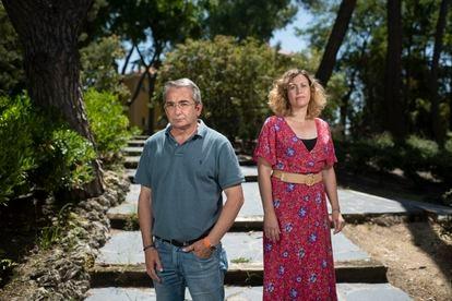 Los investigadores Julio Díaz y Cristina Linares, en los jardines del Instituto de Salud Carlos III, en Madrid.
