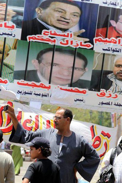Manifestantes egipcios en la plaza Tahrir, en El Cairo, que han estado presionando para sentar al expresidente Hosni Mubarak en el banquillo